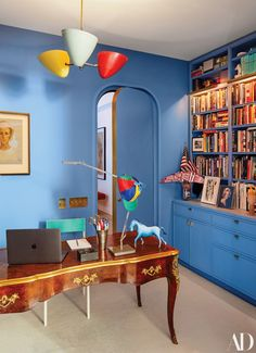 Globe-trotting writer and fashion-world insider Derek Blasberg conjures the perfect setting for his next chapter—a sophisticated Upper East Side apartment Home Office, Home Desk, Washington Square Park, Upper East Side, Bette Davis, Housewarming Party, Ad Architectural Digest, Mug Design, Manhattan Apartment