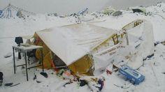Die Lawine hat auch die Versorgungszelte im Lager unter sich begraben.