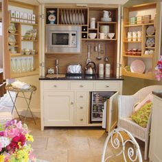 Small but charming and beautifully-organized kitchenettes http://www.homedit.com/small-but-charming-and-beautifully-organized-kitchenettes/#