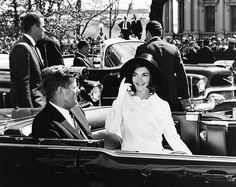 La primera dama junto a su esposo en la ceremonia de la llegada para el rey de Marruecos. | 31 Flawless Photos Of Jackie Kennedy