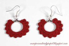Pendientes de ganchillo en color rojo y de aro pequeño. $10,50