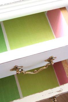 Cajones forrados. tirador antiguo. vintage handle and lined drawers