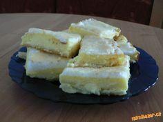 Těsto rozválíme na velikost plechu. Tvaroh, olej, mléko, pudink, 150 g cukru, vanilkový cukr, 4 žlou...