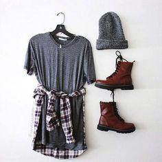 Look style grunge avec des bottines Dr. Martens bordeaux, une robe rayée, une chemise à carreaux nouée à la taille et un bonnet gris >> http://www.taaora.fr/blog/post/look-grunge-boots-dr-martens-robe-rayures-chemise-carreaux #outfit Plus