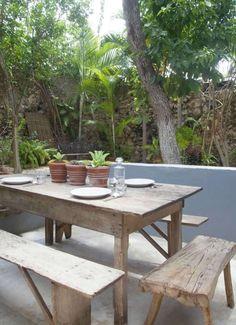 Vasi con piante grasse - Come decorare un giardino moderno per un'area pranzo di stile.