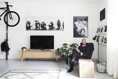 Ennen tuotantoa Teppo Lakaniemi testaa huonekaluja usein kotonaan. Protean-senkki on mallistossa mutta silkinsileäksi hiottu pölkkyrahi tehty vain itselle.Tv:n yläpuolella on Sami Havian työ. Oikealla Jenni Ridanpään T-paitaprintti.