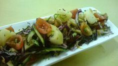 Insalata di sgombro con patate e verdure.