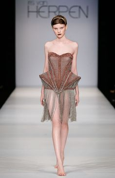 Iris van Herpen, Mummification, Amsterdam Fashion week, - Fashion designer Iris van Herpen is widely recognized as one of fashion's most talented and forward-thinking creators who continuously pushes the boundaries of fashion design. Geometric Fashion, 3d Fashion, Fashion Details, Timeless Fashion, Couture Fashion, High Fashion, Fashion Show, Origami Fashion, Fashion Trends