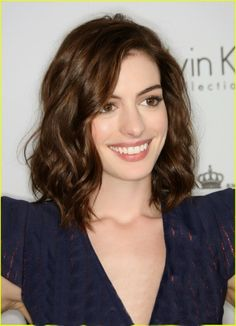 anne hathaway, medium length brown hair