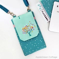 Cell phone purse plus Tote Bag Pattern - Free Tote Pattern In 2 Sizes - AppleGreen Cottage Purse Patterns Free, Bag Pattern Free, Tote Pattern, Bag Patterns To Sew, Sewing Patterns, Coin Purse Tutorial, Pouch Tutorial, Diy Tote Bag, Tote Bags
