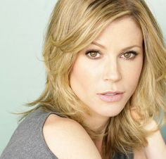 Julie Bowen Plastic Surgery news and updates. Speculations of plastic surgery were actually spawned by Bowen herself. check out and before and after photos. Julie Bowen Husband, Julie Bowen Haircut, Eye Color, Hair Color, Julia, Belleza Natural, Modern Family, Celebrity Pictures, Celebrity Women