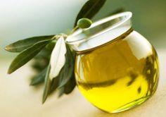 Rezept für eine Tiefenaufbaukur: 3 EL cremiger Teil der Kokosmilch 1 EL Honig 1 EL Olivenöl (für Extraglanz) Wirkung: repariert, kräftigt, gibt Glanz und Elastizität, Anti-Frizz, spendet Feuchtigkeit
