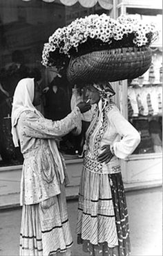 Selling daisies in Bucharest, 1930 Vintage Photographs, Vintage Photos, Black Sea, Black And White, Gypsy Culture, City People, Bucharest Romania, Timeless Beauty, History