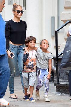 Jennifer López - <p>Recompensa a los gemelos con viajes de diversión durante el fin de semana, siempre que se portan bien. En esos días tienen acceso a iPads y otros gadgets.</p>