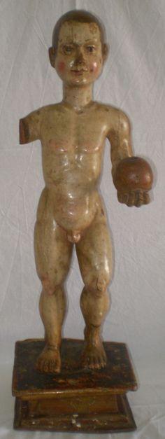 Niño de la bola tallado y policromado. Siglo XVI-XVII. Altura total 65 cm. Magnifica anatonía.