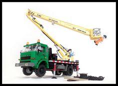 Star 244 w. Love the look on the minifig's face. Lego Technic Truck, Lego Truck, Lego Crane, Lego Books, Lego Ship, Lego Vehicles, Lego Construction, Lego Design, Lego Models