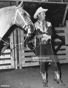 American singer and cowboy actor Roy Rogers poses with palomino horse... News Photo - Getty Images Roy Rogers, Happy Trails, Palomino, American Singers, Still Image, Horses, Actors, News, Animals