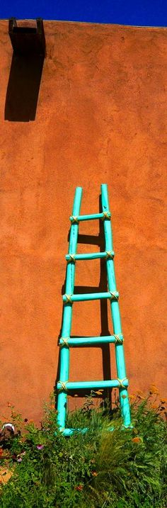 Santa Fe style - love the color of the ladder Southwestern Home, Southwestern Decorating, Southwest Decor, Southwest Style, Santa Fe Style, Mexico Style, Land Of Enchantment, Painting On Wood, Color Inspiration
