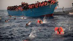 Unos 6.500 inmigrantes que navegaban a la deriva por el mar Mediterráneo, en el Canal de Sicilia, fueron rescatados por los guardacostas italianos. AP