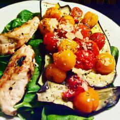 MIDDAG: Stegt kylling med bagte tomater med birkes, på spinat og bagte aubergine. Opskrift: Spis dig slank 6, side 110