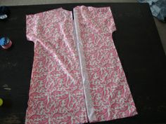 DIY Hospital Gown (maternity) When I started my last trimester with this pregnancy I decided to make myself a cute hospital gown that maybe I would actually wear! With my son, I refused to wear the… Maternity Sewing, Maternity Patterns, Maternity Gowns, Maternity Fashion, Hospital Gown Pattern, Birthing Gown, Nursing Gown, Delivery Gown, Future Maman