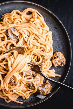 Delicious And Easy Dinner Idea With Only 5 Ingredients. This Mushroom Brandy Cream Sauce Will Become A Permanent Menu Item Easy Mushroom Recipes, Easy Healthy Pasta Recipes, Pasta Dinner Recipes, Yummy Pasta Recipes, Recipe Pasta, Noodle Recipes, Simple Recipes, Lunch Recipes, Chicken Pasta Dishes
