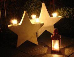 Zuerst bastelt man sich eine Schablone für einen Stern, in der Größe, in der man den fertigen Stern gerne haben möchte. Dann überträgt man die Form auf die Styroporplatte und der Stern wird Pattern Concrete, Concrete Art, Concrete Projects, Playhouse Decor, T Lights, Noel Christmas, Christmas Decorations, Holiday Decor, Bottle Art