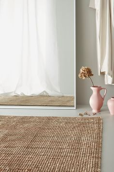 Réalisé en fibre de jute naturel dans des tons neutres qui apportent un sentiment de tranquillité quel que soit le lieu. Ce tapis résistant est particulièrement adapté à l'espace destiné aux repas car il est tissé plat et facile à aspirer. Natural Carpet, Natural Rug, Tapis Jute Ikea, Ikea Rug, Lohals, Deco Studio, Professional Carpet Cleaning, Natural Fiber Rugs, Jute