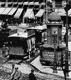 """El primer urinario de Madrid se colocó en 1836 en la Puerta del Sol, más o menos frente a la pastelería La Mallorquina. En su interior había """"un gabinete de lectura, un despacho de licores y cerveza y nueve aseos comunes o retretes, seis para caballeros y tres para señoras. Por leer todos los periódicos se llevó un real y por ocupar un retrete cuatro cuartos""""."""