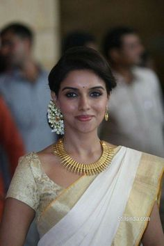 The Kerala saree is timeless. Team it with lots of mullappoo (jasmine flowers) and traditional jewellery and you have a winner. Asin in a cream bridal kerala saree Onam Saree, Kasavu Saree, Kerala Saree, Indian Sarees, Silk Sarees, Saree Hairstyles, Indian Hairstyles, Bride Hairstyles, South Indian Wedding Hairstyles