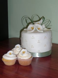 Cala lily weddign cupcakes and cake top