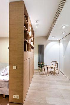 Ložnice je volně propojena s šatnou.