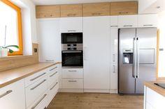 Bílá kuchyně s americkou lednicí | Barbora Grünwaldová Kitchen Corner Cupboard, Kitchen Cabinets, Kitchen Room Design, Modern Kitchen Design, Stylish Kitchen, New Kitchen, Living Room Interior, Kitchen Interior, Small Apartment Kitchen