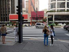 Sao Paulo - Brazílie (Brazil) - leden (January) 2015 - dívky čekají u přechodu pro chodce (girls are waiting at the pedestrians crossing)