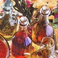 Aceites y vinagres aromatizados. Varios Vinegar And Oil Recipe, New Recipes, Healthy Recipes, Infused Oils, Chimichurri, Chutney, Essential Oils, Spices, Food And Drink