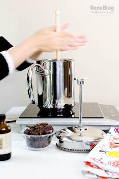 Mezclando todos los ingredientes con el molinillo que incluye la Cafetera…