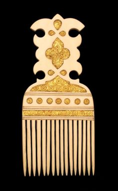 Africa | Comb from Zanzibar | Cut from a single piece of ivory, it is inlaid on both sides with chased gold plagues | ca. 1800