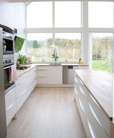 Kitchen with a view like this? Where do I sign? 💯💯😍 By 👌 ▫️▫️▫️ ▪️ Feeling inspired? Kitchen Dining, Kitchen Decor, Kitchen Cabinets, Küchen Design, House Design, Modern Design, Bedroom Cabinets, Residential Interior Design, Minimalist Kitchen