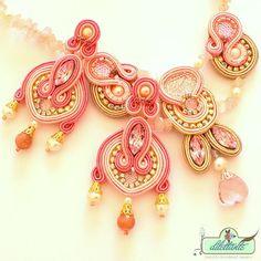 He encontrado este interesante anuncio de Etsy en https://www.etsy.com/es/listing/191197873/ooak-statement-necklace-beaded-gemstone