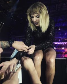 She asked a fan to help her fix her sleeve