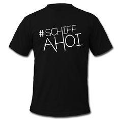 Einfach rauf auf's Schiff und sich die Meeresbrise um die Nase wehen lassen ... geht auch in der Großstadt - mit SCHIFFAHOI • Klassisch geschnittenes T-Shirt für Männer