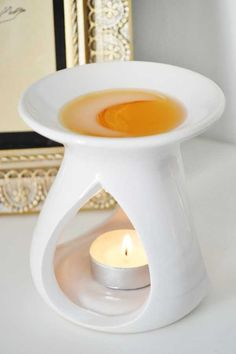 Trying to clean out your warmer without all the hassel of scratching off the wax… Essayer de nettoyer votre réchaud sans avoir à rayer la cire! Candle Burner, Wax Burner, Candle Wax, Ceramic Oil Burner, Essential Oil Burner, Wax Warmers, Scent Warmers, Remove Wax, Tart Warmer