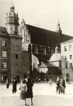 Wolnica square, Krakow under German occupation. Since the first days of German occupation of Krakow, the repressions were building up. Already in 1939 Jewish shops and cafes had to be marked with the Star of David. In November, the authorities ordered the confiscation of workshops and Jewish businesses. Photo: Historical Museum of Krakow