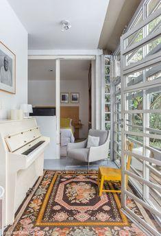 Piano e tapete estampado nesse cantinho da sala de estar.