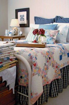 Quilt on bed - Irish chain. Display your quilts, use them as wall hangings, on your bed, over the back of armchairs and sofas. Everyone loves to look at a quilt. Antique Quilts, Vintage Quilts, Home Bedroom, Bedroom Decor, Girls Bedroom, Master Bedroom, Shabby Chic Vintage, Vintage Decor, Quilt Display