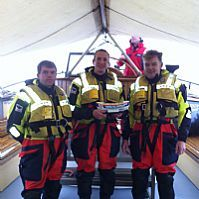 KNRM opstappers met ontvangen donatie. Foto ; Rick Franx, www.hulpvoorhulpverleners.nl 2013