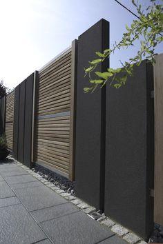 Beton und Holz: Optisch gelungenes Design. Stelen als Sichtschutzlösung. #gartengestaltung #rinnbeton #design