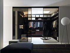 Un vestidor con puertas correderas de cristal