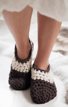 Hold fødderne varme i den kolde tid med de allerbedste hjemmesko hæklet i kraftigt uldgarn Crochet Slippers, Knit Crochet, Crochet Accessories, Crochet Clothes, Baby Shoes, Socks, Knitting, Life, Fashion