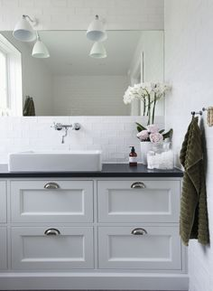 gardshorn_gustavsberg_bad - Lilly is Love Washroom, Bathroom Storage, Relaxing Bathroom, White Apartment, Classic Bathroom, Dark Cabinets, Decorating Small Spaces, Bathroom Inspiration, Bathroom